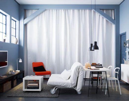 lange aina gardinen in wei hier als vorh nge genutzt um aufbewahrung dahinter zu verbergen. Black Bedroom Furniture Sets. Home Design Ideas