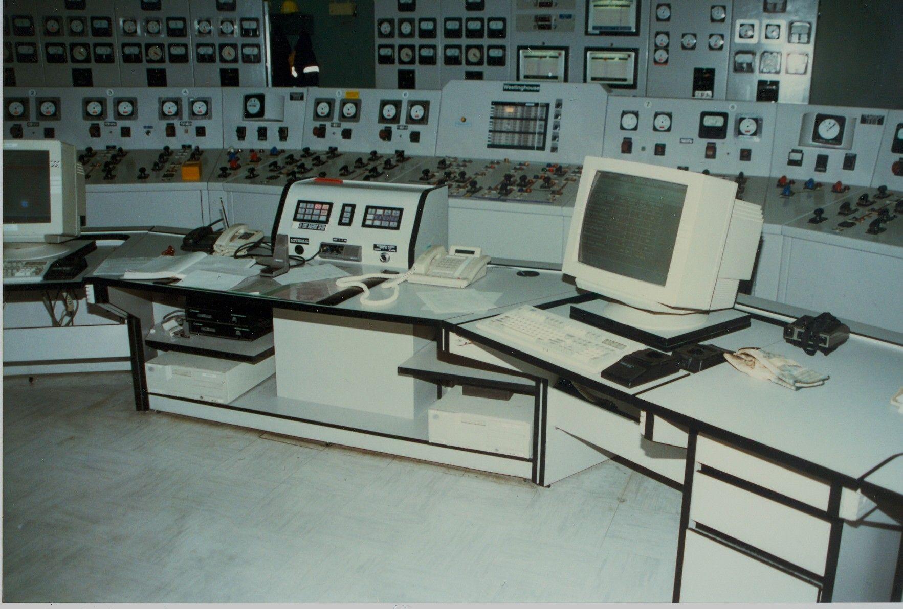 Poste de contrôle ergonomique ajustable en hauteur - Centrale électrique de Shipshaw (Québec, Canada) de Rio Tinto Alcan
