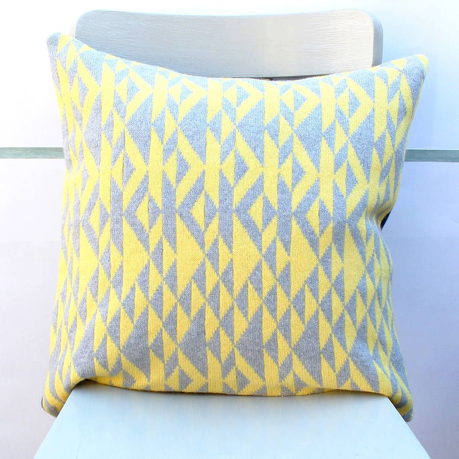 Grey and yellow pelt knitted cushion med billeder puder