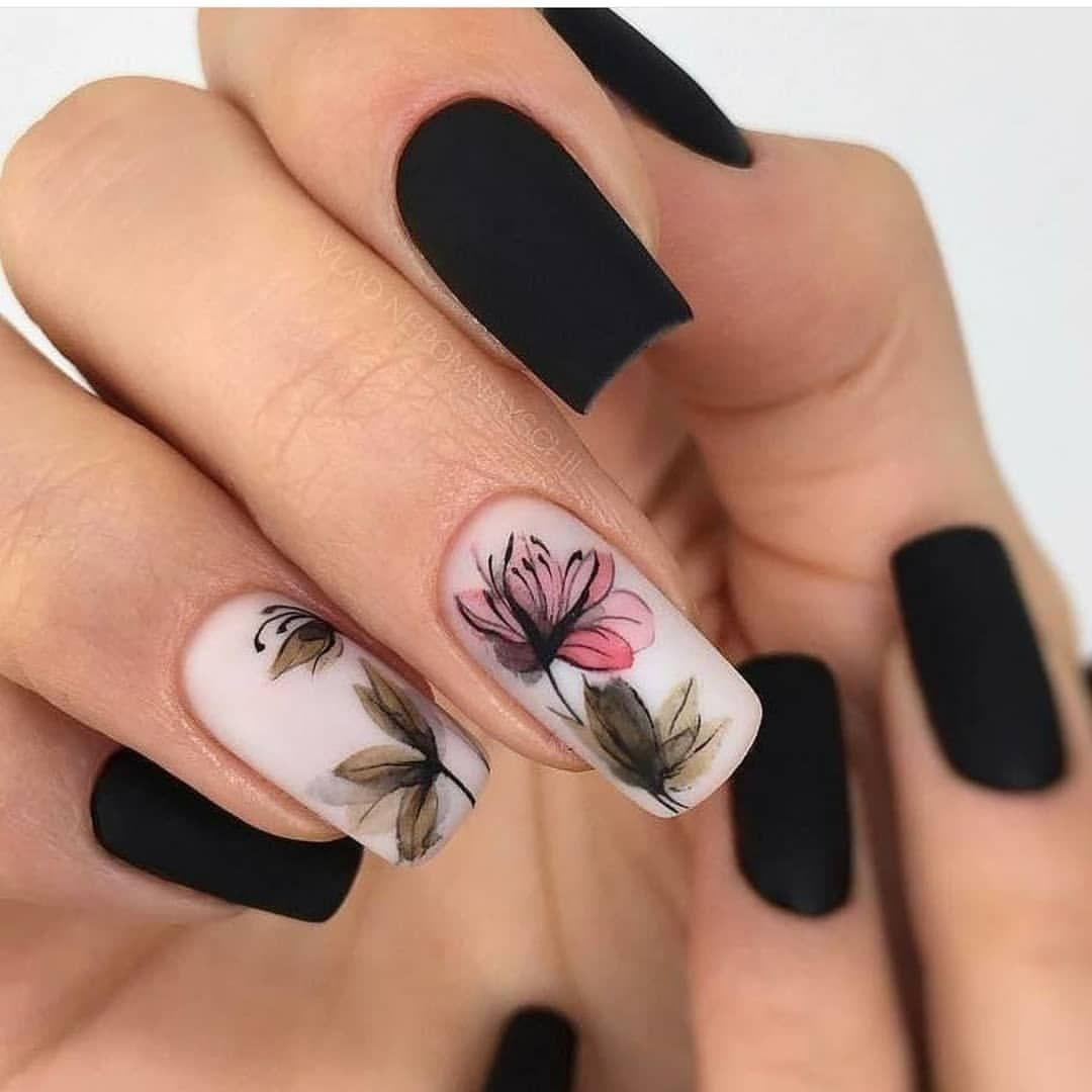 Unhas Em Preto Fosco E Artístico Floral Lindo E Inspirador