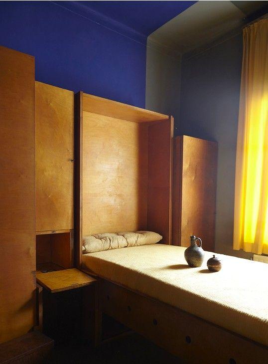 intrieur contemporain dco chez jozef peeters artiste belge anvers mur bleu et bois chambre