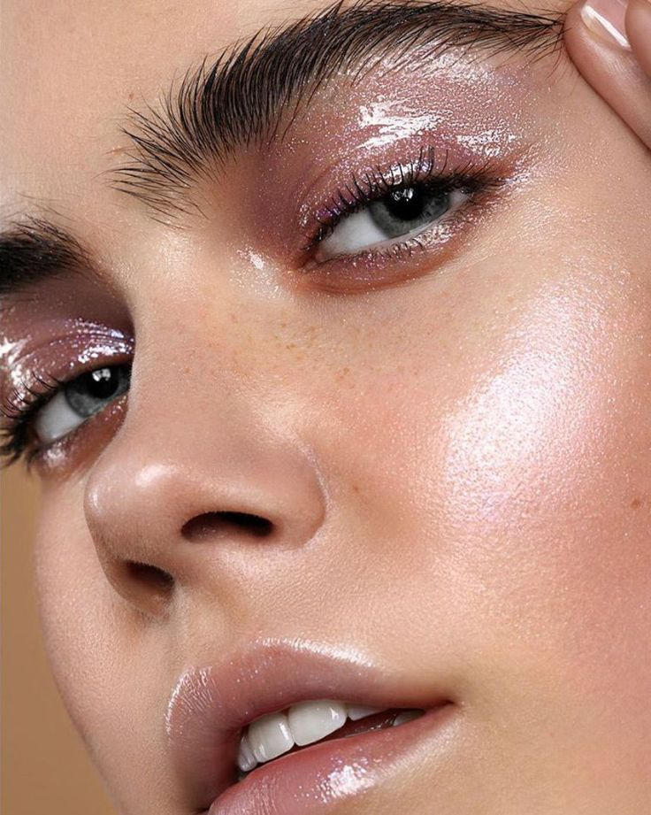 Yoga skin: new glowing makeup trend everyone is crazy about - Get beautiful, natural-looking glow with this makeup mix #yogaskin #glowingskin #highlighter #highlightermakeup #highlightermakeuplook #highlightermakeupglow #highlightermakeupglowdewyskin