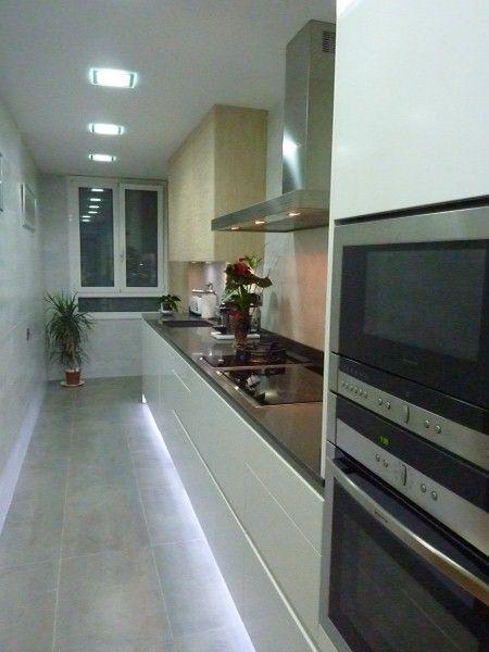 Diseño de cocina rectangular con iluminación mediante LEDs | Cocinas ...