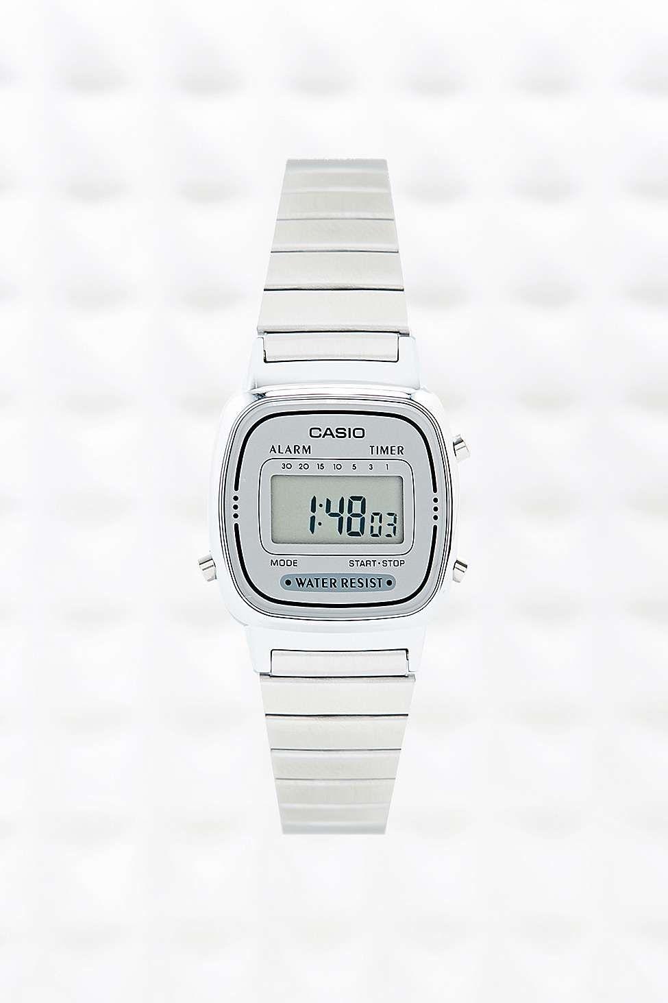 Casio - Petite montre numérique argentée - Urban Outfitters