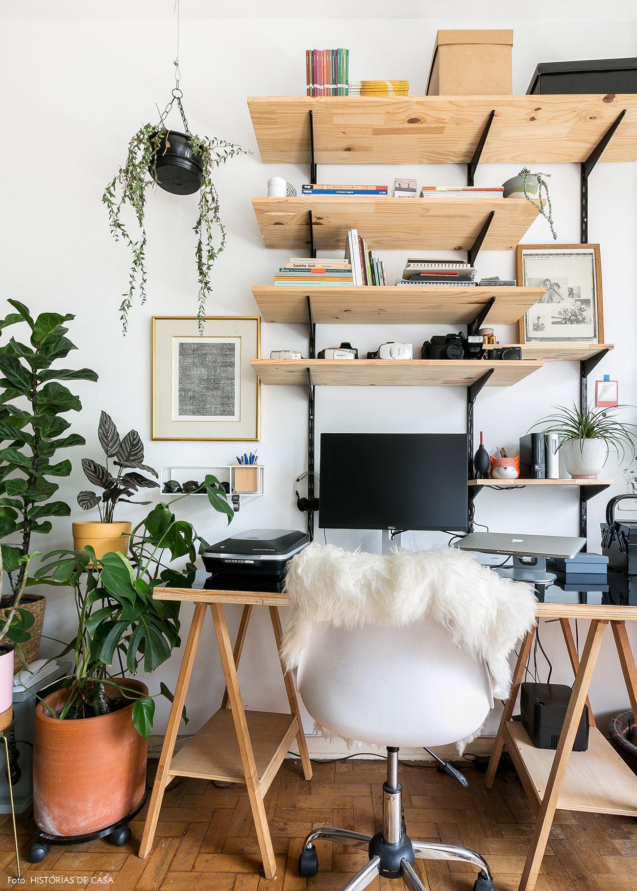Home office tem mesa com base de cavalete e prateleiras de pinus. d2b4f96dd98