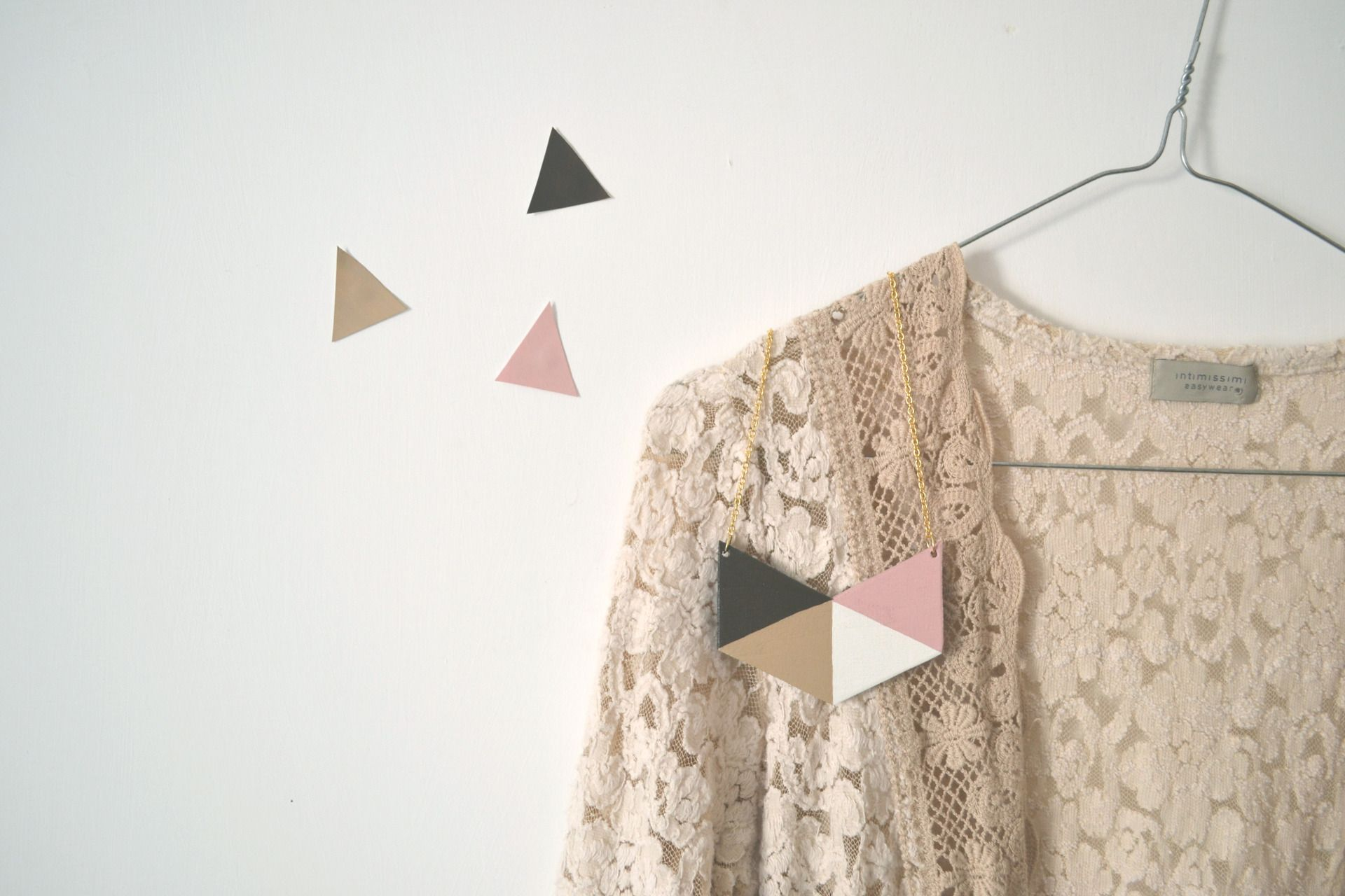 Collana geometrica triangoli marrone, rosa : Collane di tulimami