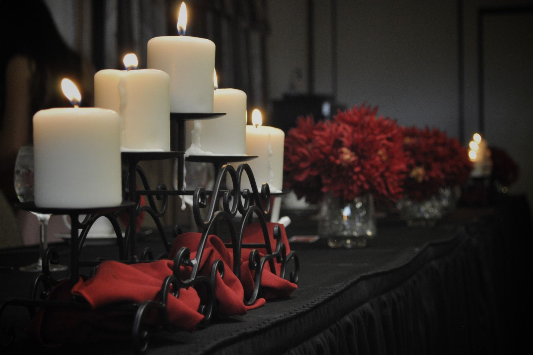 Red black rehearsal dinner decorations wedding ideas for Dinner decoration