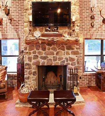 Williamses Barndo Rock Fireplace With Log Mantel And Tv Home Western Homes Ranch House