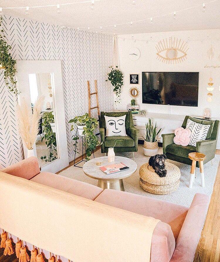 Photo of Erröten rosa und grün gefüllt minimalen Boho Wohnzimmer Interieur mit Golddekor …