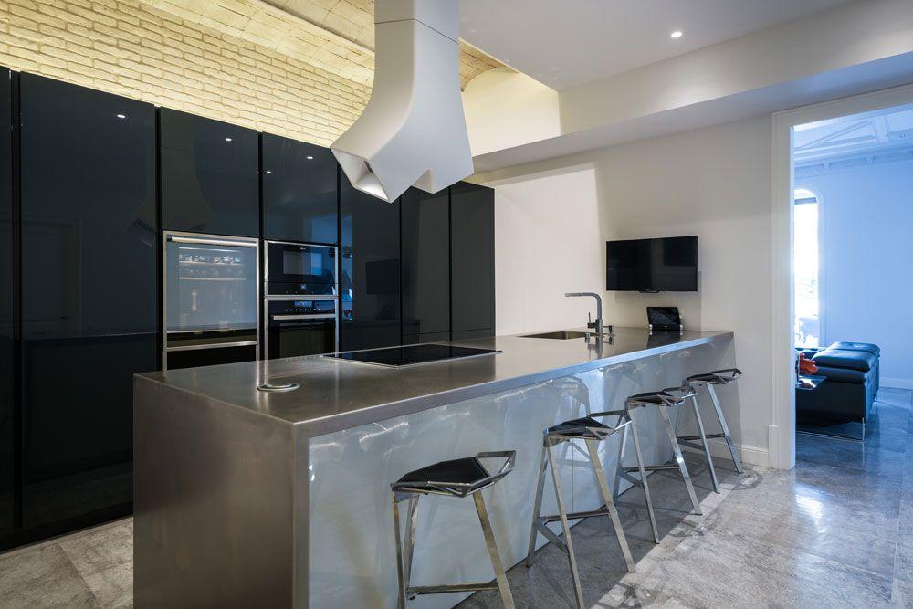 Cocina de diseño hecha a medida con península y barra. Color gris y ...