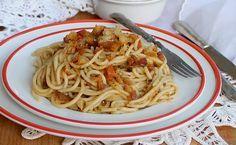 Gli spaghetti alla Gennaro sono un primo piatto povero a base di acciughe, pomodorini e pane raffermo. Esprimono a pieno il vero spirito napoletano.