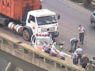 PM cai de acesso à Dutra após colisão entre carro e carreta em SP - Globos