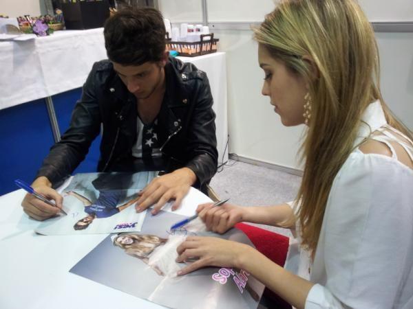 [FOTOS] : Sophia Abrahão e Chay Suede na tarde de autógrafos da Yes!Teen | Irmãos Zimer