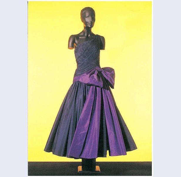 Photo of Frank Govers [1932-1997] (Designer) Abendkleid aus blauem Taft mit …