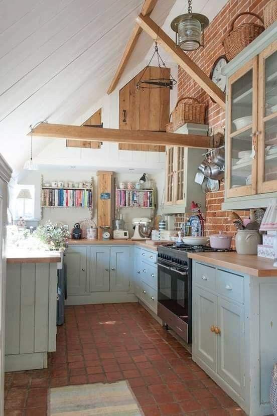 Une cuisine fonctionnelle, à laquelle les poutres, briques et tomettes donnent un petit air rustique . #countertop