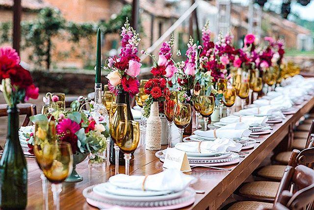 Este é o resultado da mesa comunitária. Ali teve um pouquinho de cada um, garrafas de vinhos dadas por madrinhas e padrinhos, algumas decoradas pela noiva e amigas, tudo com um por que de estar ali!! Enxoval de mesa exclusivo da @formyguest Cachepots de ceramica @ellaarts Foto: @18elementos  #cadacasalumconto #glaumirandadecor #glaumiranda #casamentonocampo #weddingboho #weddingdecor