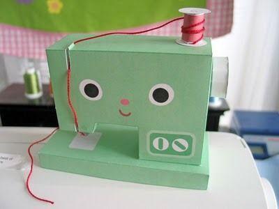 Máquina de coser de cartón para nuestra colección