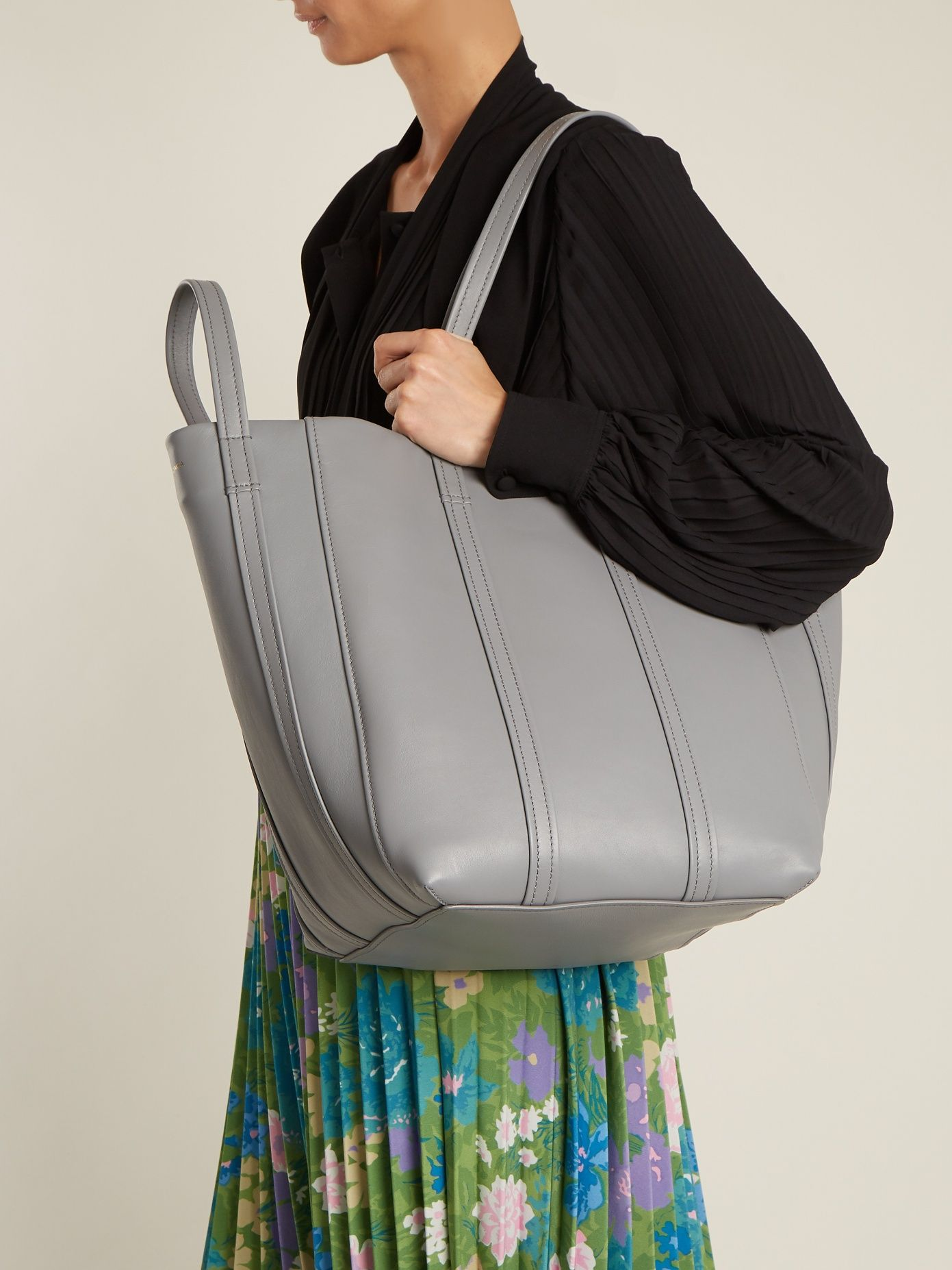 Click Here To Buy Balenciaga Laundry Cabas S Tote At Matchesfashion Com Carteras Balenciaga Shopper Tote Bags