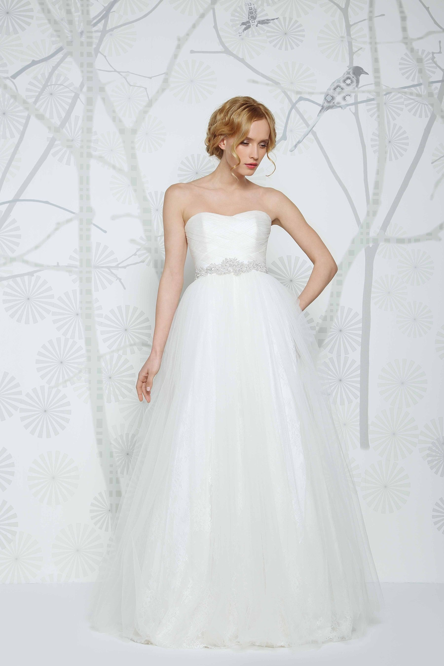 0a81863b8b95b SADONI wedding dress NAOMI with modern sweetheart neckline in braded silk  tulle, volumious tulle skirt with lace underlayer.
