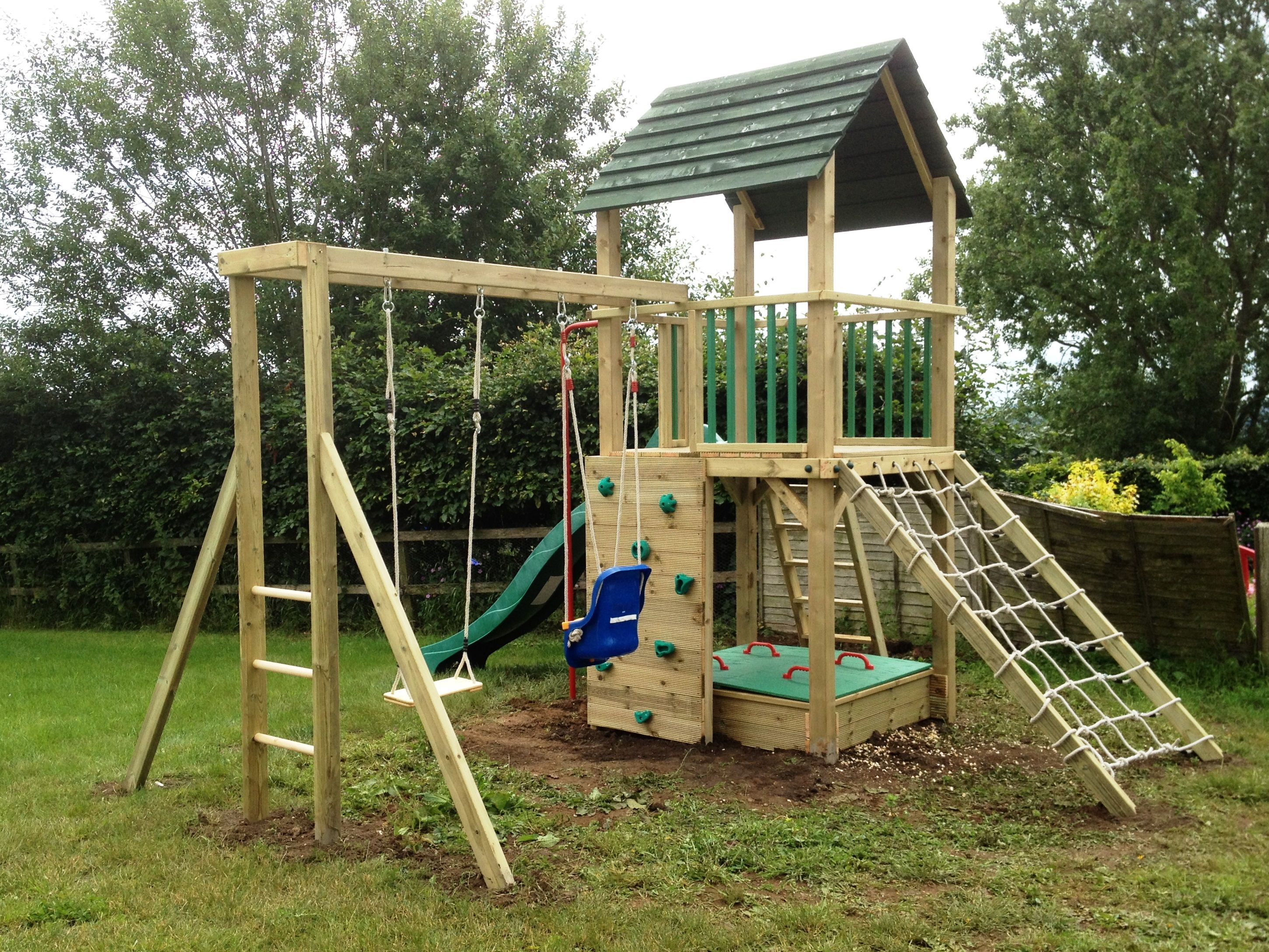 Treetops tower wooden climbing frame with monkey bars and for Cabane jardin pvc
