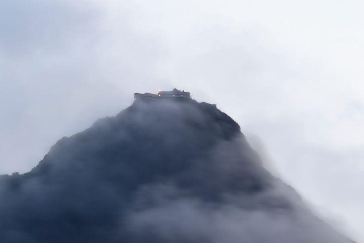Adams Peak Besteigung - Trekking auf Sri Lanka-Reisen - Der 2243 Meter hohe Adams Peak - Schmetterlingsberg -befindet sich im Hochland Sri Lankas.
