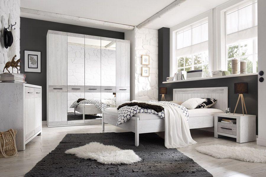 Die schönen möbel in das schlafzimmer in dem provenzalischen stil