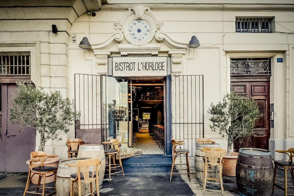 Agencement Du Restaurant Le Bistrot De L Horloge Sur Marseille Detail De La Facade Et De La Terrasse Bar Restaurant Restaurant Le Bistrot