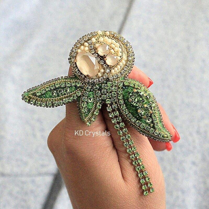 Кремовый бутон пиона с прекрасными лаковыми кристаллами