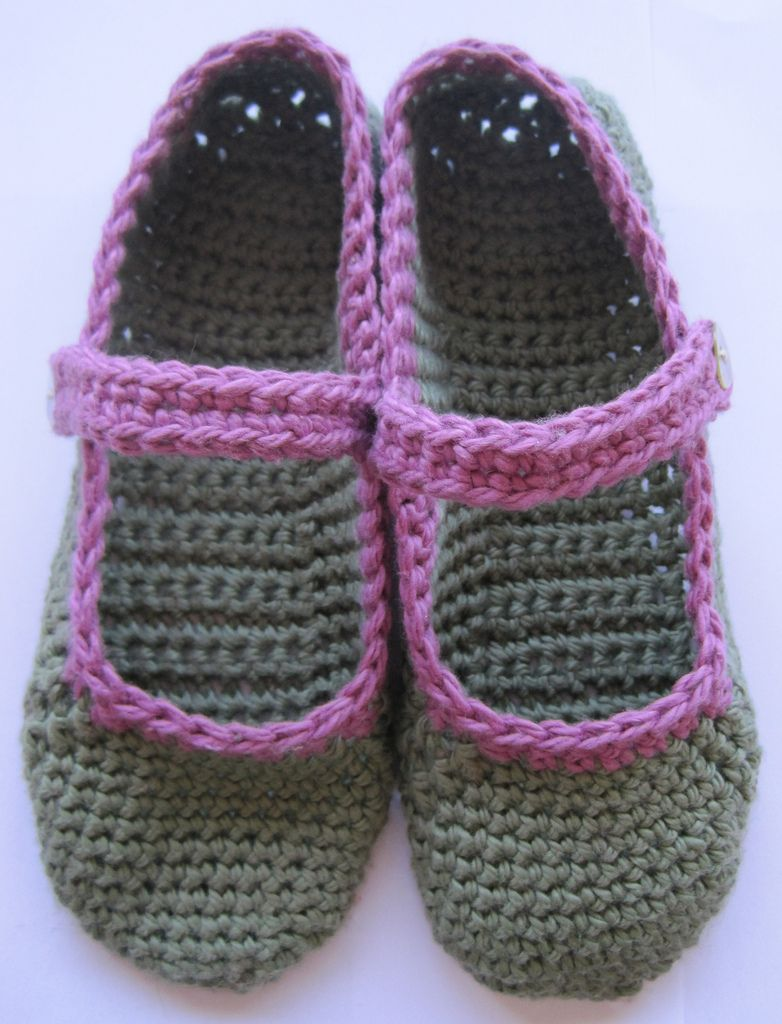 Free pattern for crocheted Mary-Jane slippers | Häkeln, Hausschuhe ...