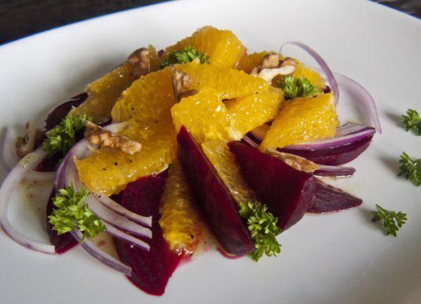 Из этой статьи вы узнаете как приготовить салат из свеклы и апельсинов, сочный, свежий и очень вкусный.