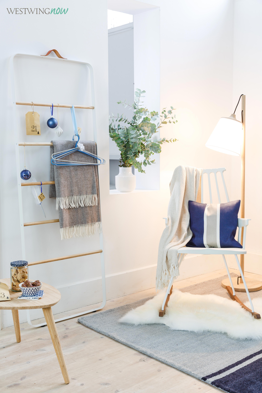 Weihnachten steht vor der Tür. Und die Wartezeit versüßt man sich am besten mit einem selbstgebalstelten Adventskalender. Wir liefern Geschenkideen und passende Möbel im blauweißen Skandi-Style gleich mit!