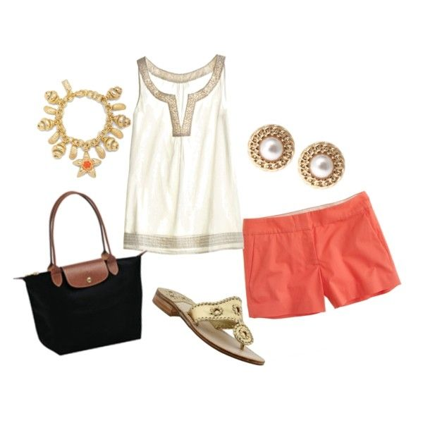 Outfit muy veraniego, con pantalón corto en color coral y blusa en blanco y dorado, complementos en dorado.