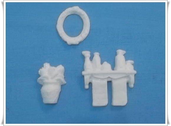 Miniaturas feita em resina 100% pura - branca.  shampoos = 4cm comp 4cm alt espelho = 3cm altura 2,5cm comp vaso de flor = 3cm alt 2,5cm comp R$ 3,60
