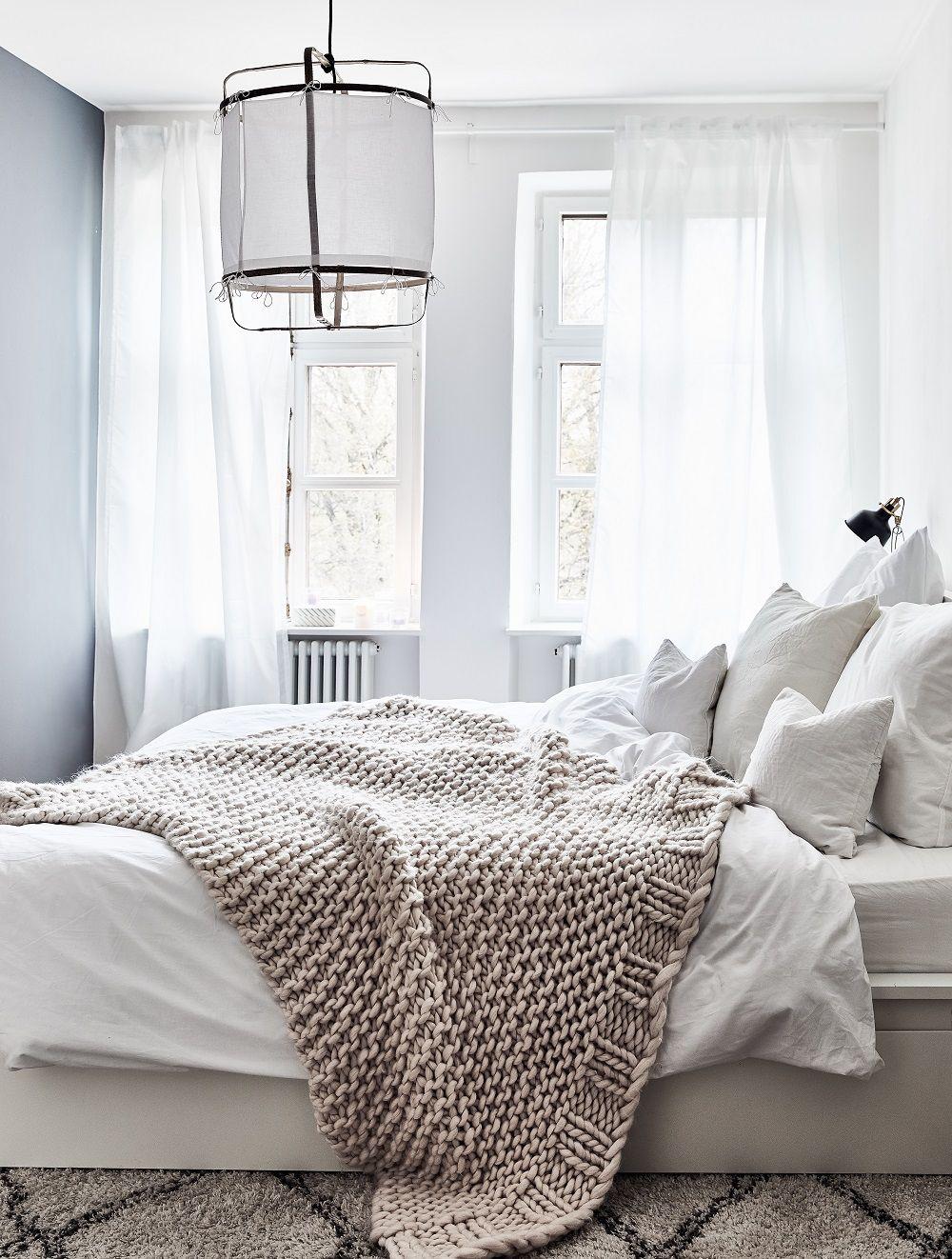 In Diesem Wunderschönen Schlafzimmer Sind Ruhige Träume Vorprogrammiert.  Ein Angesagter Beni Ourain Teppich, Eine Kuschelige Chunky Knit Decke Und  Die ...