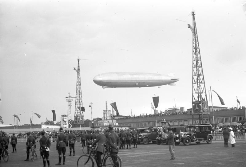 "Juni 1931 Ankunft der ""Graf Zeppelin""BerlinTempelhof"