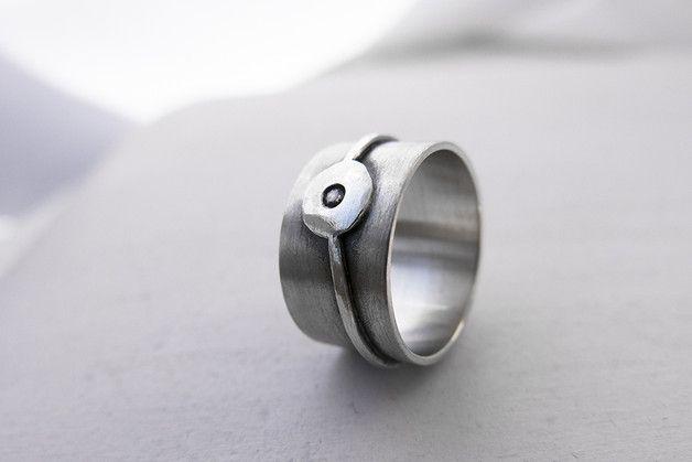 Anillo tipo banda de plata de ley con un círculo en un anillo exterior que simula una órbita de un planeta con una circonita de 2 mm en el medio. Anchura del anillo: 11 mm.  Único tamaño: US 7 /...