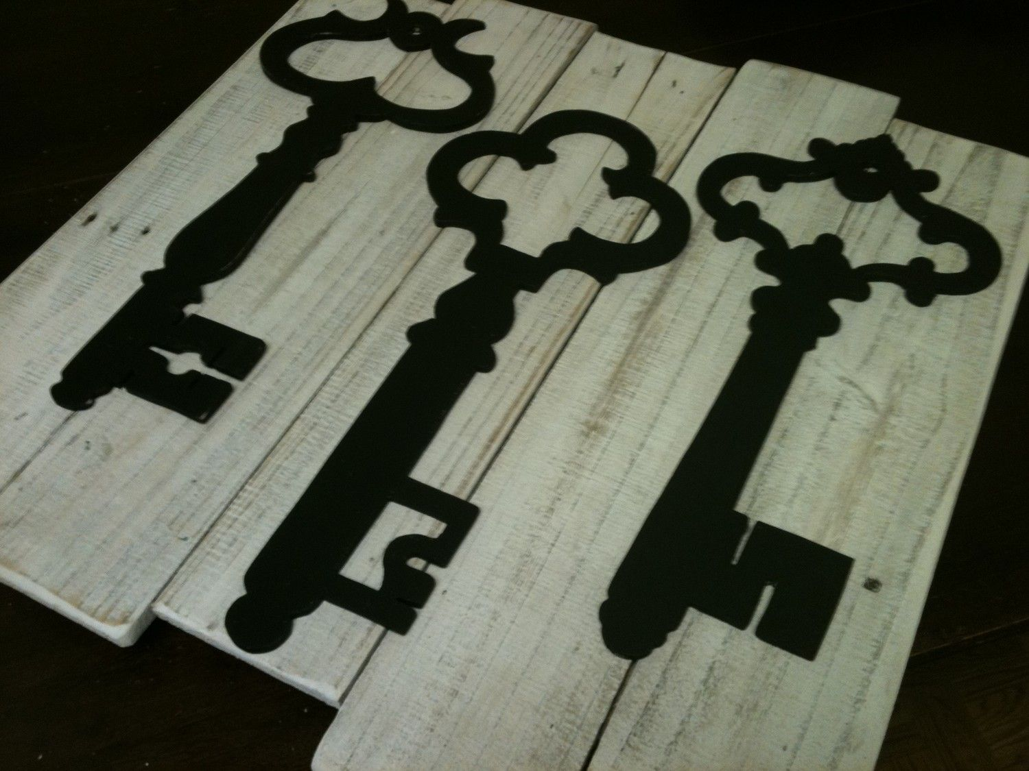 White Washed Vintage Inspired Skeleton Key Wall Decor   Upcycled Reclaimed  Wood Planks   Art Decor   Pottery Barn Inspired   Home Decor   Rustic    Shabby ...