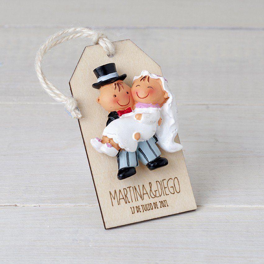 d1b7ce23e Imán Pit Pita novia en brazos presentado en un colgante de madera. ¡Seguro  que a