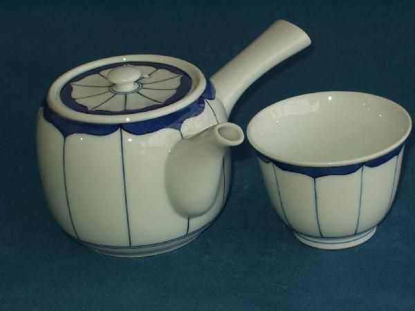 A nice simple tea pot and cup (I own this set)