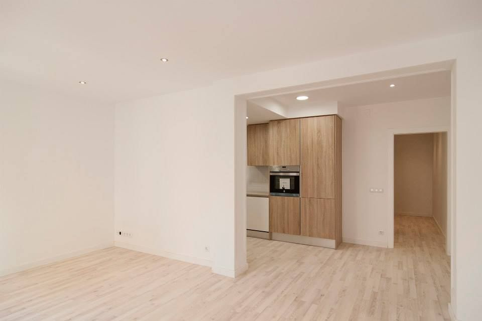 Un espacio abierto une el salón y la #cocina en esta vivienda. #interiorismo #reformas #Barcelona