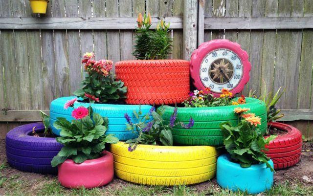 Llantas de colores para decorar el jardín y crear maceteros, encuentra más manualidades originales en http://www.1001consejos.com/manualidades-con-llantas