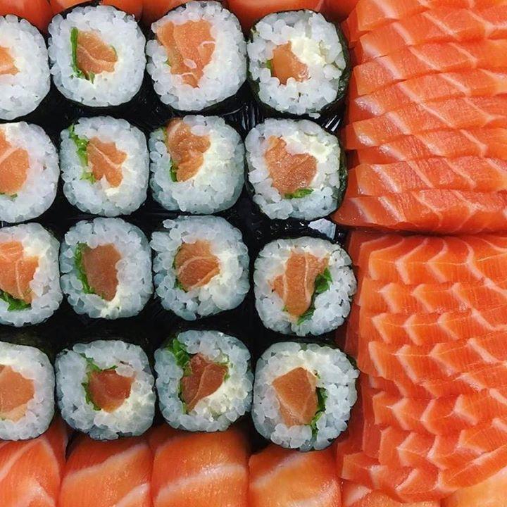 Just the right amount of salmon sushi & sashimi for one person Made by @yoshitosushi More sushi on www.makesushi.com Make Sushi http://ift.tt/2ldc6b2www.makesushi.com Make Sushi...