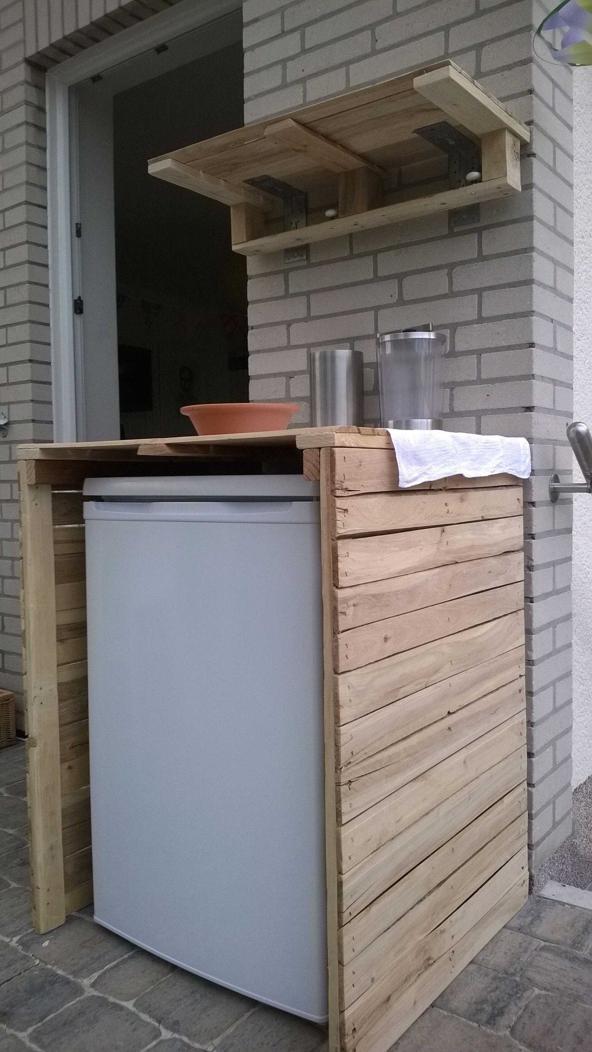 Kühlschrankverkleidung samt Regal aus drei gleichen Einwegpaletten