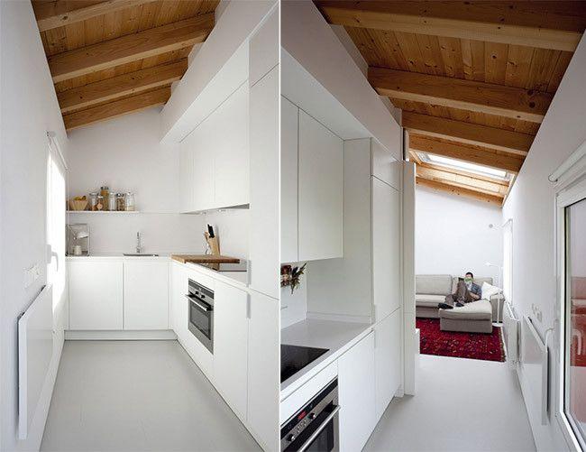 Cocina blanca con techo abuhardillado de madera art - Techo abuhardillado ...