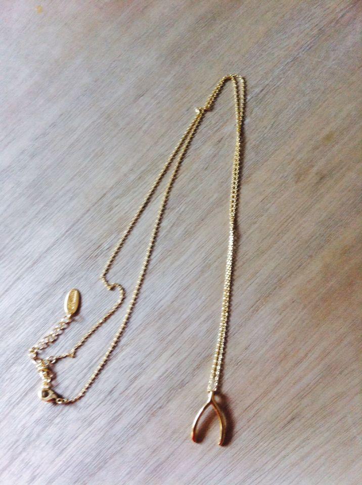 Una mini #joya amuleto al cuello. ¡La herradura y un pedacito de buena suerte en www.plumesy.com!