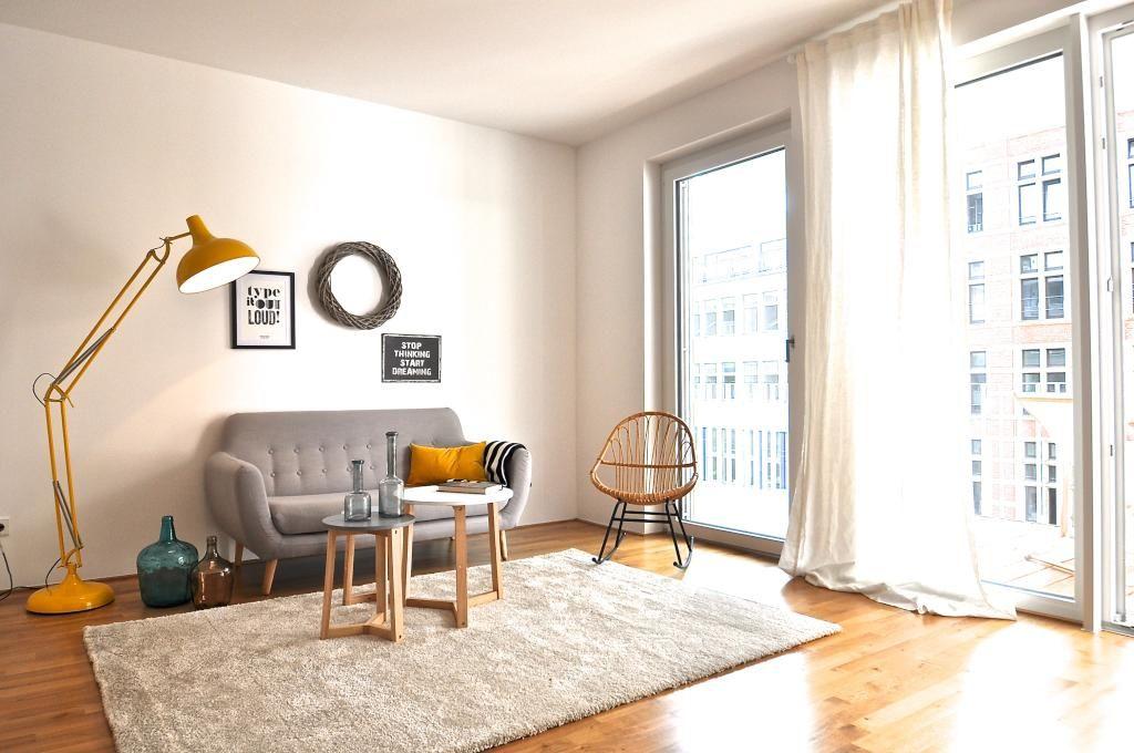 Wohnzimmer Gelb ~ Schlichtes wohnzimmer mit gelber großer stehlampe wohnzimmer