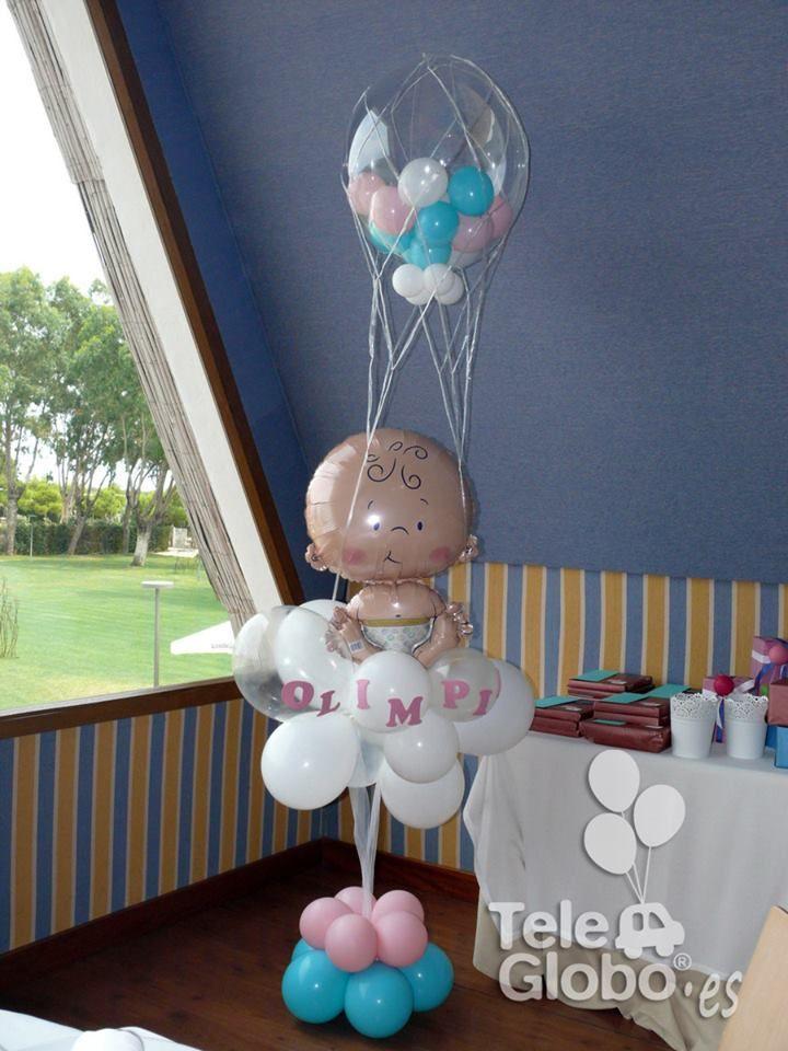 Decoración con globos para bautizo columna junto a la mesa