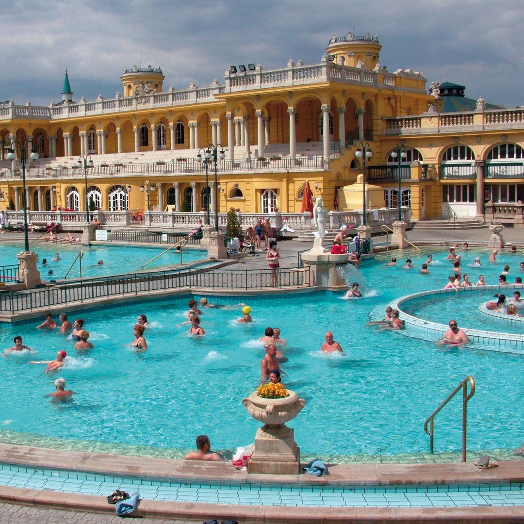 El Balneario Széchenyi Es Uno De Los Recintos Termales Más Grandes De Europa Piscinas Impresionantes En El Exterior Un Luga Viajes Piscinas Publicas Piscinas