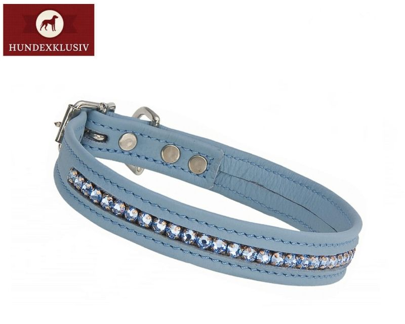 Strasshalsband Blau für kleine Hunde  Das Strasshalsband Blau für kleine Hunde wirkt wie ein kleines Schmuckstück, es glitzert und funkelt. Die Applikation ist ein eingenähtes Swarovski Kristallband und verleiht diesem Strasshalsband ein exklusives Design.