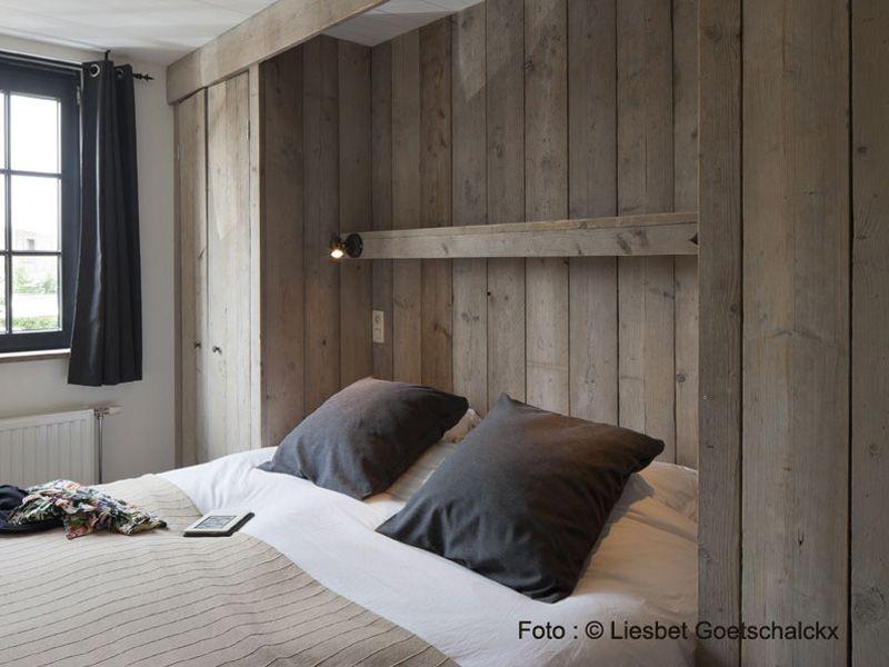 Slaapkamer met steigerhouten kasten links en rechts vakantiehuis